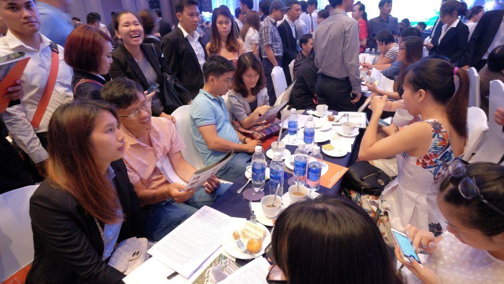 Nhân viên tư vấn khách hàng về sản phẩm căn hộ Jamila Khang Điền