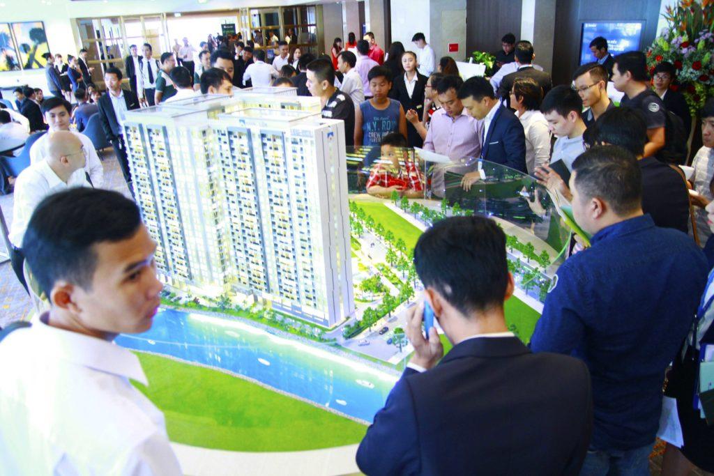 Khách hàng đang tham quan Sa bàn Dự án Jamila Khang Điền được đặt tại sảnh Khách sạn Sheraton Saigon. Find Home