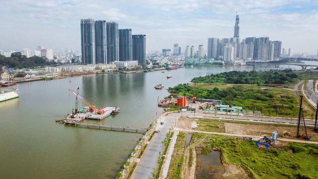 Dự án xây dựng cầu Thủ Thiêm 2 đang được tiến hành thi công tuyến đường dẫn phía Thủ Thiêm và trụ cầu trên sông Sài Gòn.