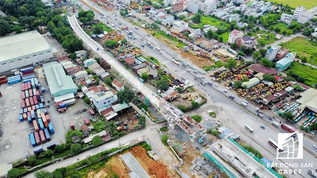 Dự án Mở rộng Xa lộ Hà Nội, đoạn quận Thủ Đức đến cầu Đồng Nai đang bị tắc do chưa giải phóng xong mặt bằng.