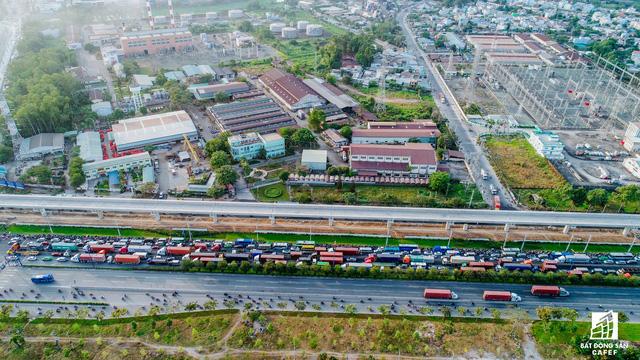 Theo Sở Giao thông Vận tải TP.HCM, giải quyết vấn nạn ùn tắc giao thông đang ngày càng phức tạp nên TP.HCM phải tiến hành đồng bộ nhiều giải pháp, trong đó quyết định nhất vẫn là giải pháp công trình.