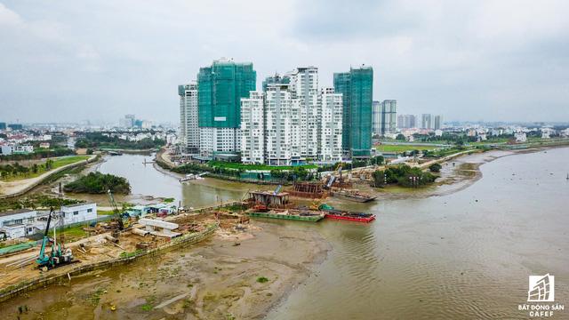 Dự án cầu bắc qua Đảo Kim Cương (quận 2) đang được thi công tuyến đường dẫn và trụ cầu.