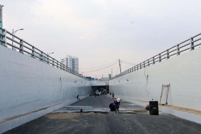 Những công đoạn cuối cùng đang được công nhân gấp rút hoàn thành để kịp thông xe vào 16h ngày 31/01/2018