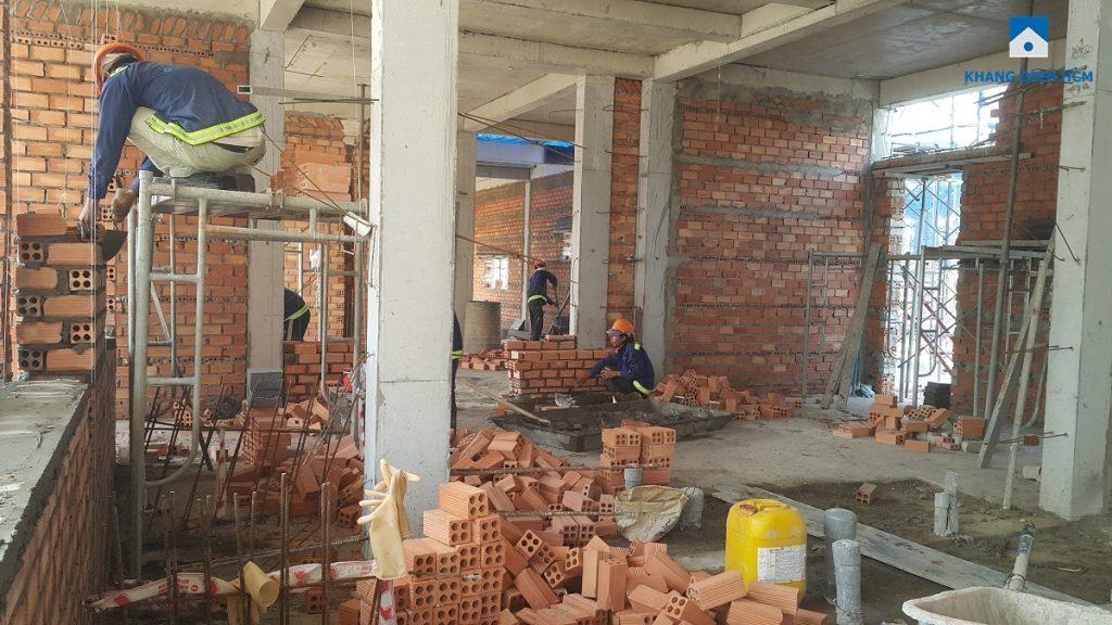 Công nhân đang xây tường ngăn cho căn nhà phố Lovera Park Bình Chánh. Ảnh: Khang Điền HCM