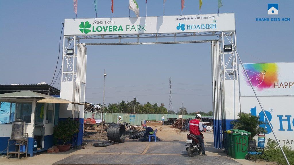 Khu chung cư dự án căn hộ Lovera Park Bình Chánh mới chỉ dựng cổng công trình và hàng rào bảo vệ, chưa triển khai xây dựng. Ảnh: Khang Điền HCM