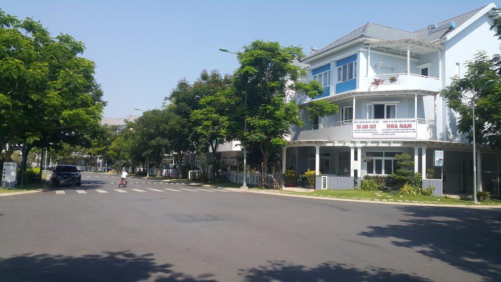 Đường nội bộ và cây xanh ven đường trong khu dân cư Mega Ruby - Khang Điền HCM