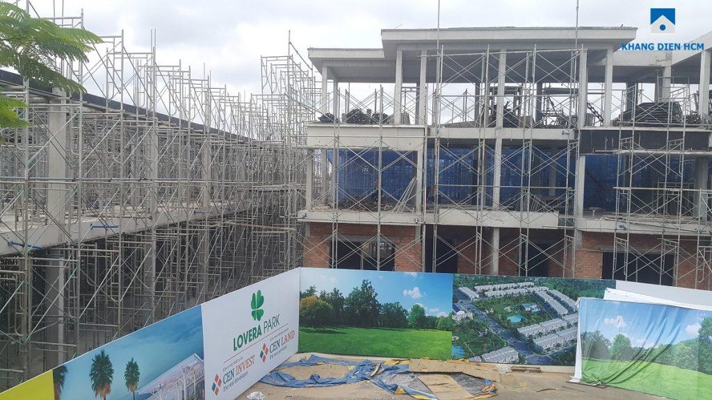 Một số căn nhà phố thuộc Block L dự án Lovera Park đã thi công xong phần kết cấu, đang thi công phần tường của căn nhà phố. Phía bên trái, các căn L100 - L127 đang thi công phần sàn kết cấu tầng 2. Ảnh: Khang Điền HCM