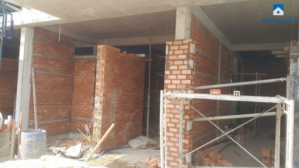 Đơn vị xây dựng Hòa Bình đang thi công phần tường ngăn vách giữa các nhà phố dự án Lovera Park. Bình Chánh