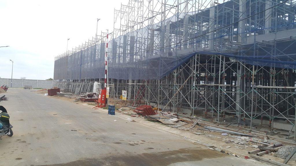 Các căn nhà phố F47 - F59 Lovera Park mới thi công xong tầng 1. Chuẩn bị copha thi công sàn tầng 2. Ảnh: Khang Điền HCM