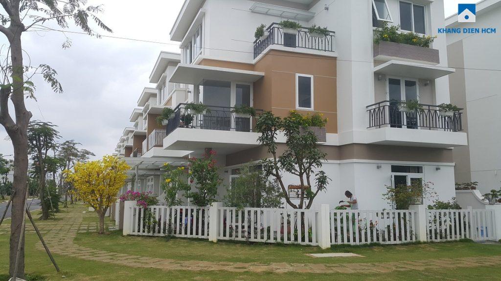 Một số cư dân đã dọn về đây sinh sống. Chủ nhân căn nhà H34 Lovera Park đang chăm sóc vườn cây. Ảnh: Khang Điền HCM