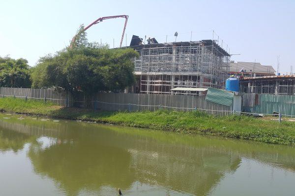 Hình ảnh con kênh bao quanh trường mầm non Bầu Trời Xanh tạo ra khung cảnh tươi mát - Khang Điền HCM
