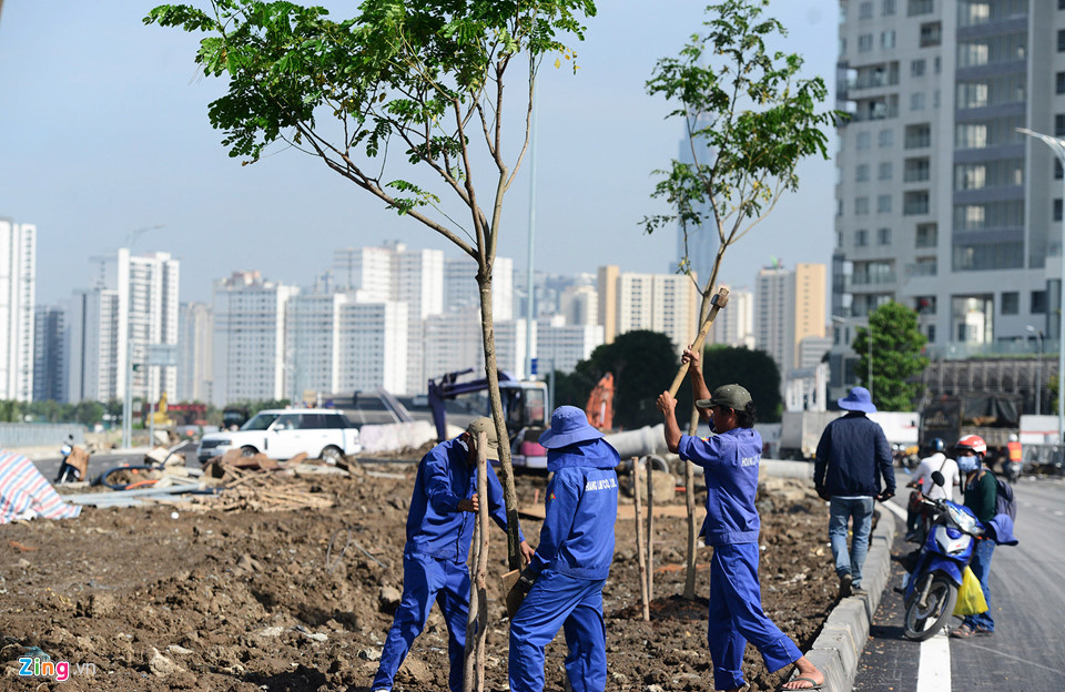 Sau khi thông xe, đơn vị thi tiếp tục hoàn thiện hệ thống cảnh quan hai bên cầu - Khang Điền HCM.