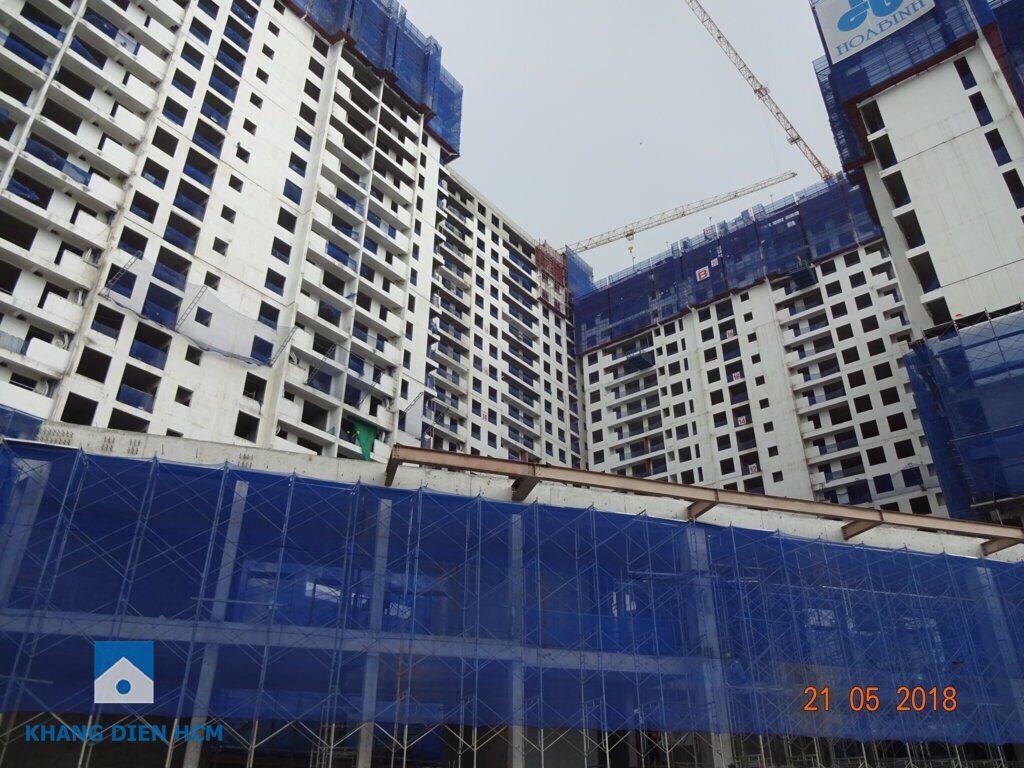 Nhà điều hành của dự án Jamila đã được thi công xong phần bê tông, đang tiến hành lắp mái che và xây tường bao - Khang Điền HCM