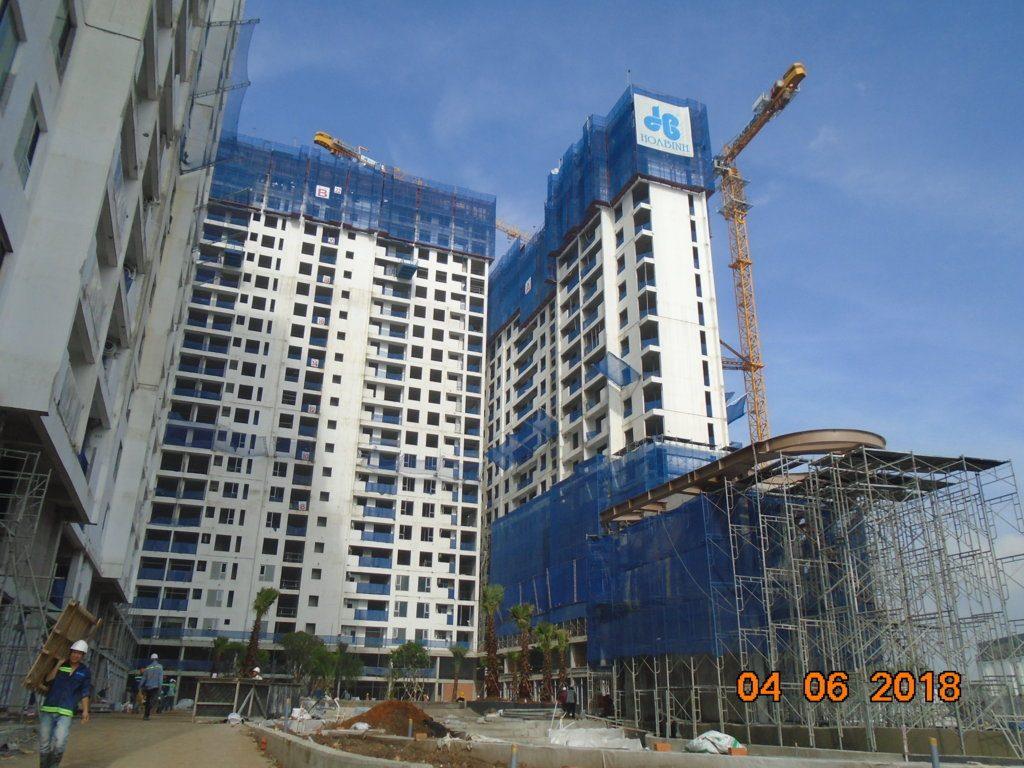 Đồng thời tiện ích khu dân cư cũng đang được triển khai thi công. Trong ảnh, cây xanh đang được trông . Dự án Jamila Khang Điền
