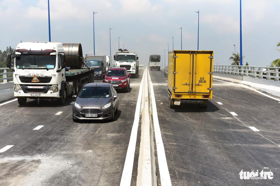 Những lượt xe đầu tiên qua cầu vượt Mỹ Thủy khi được chính thức thông xe - Khang Điền HCM