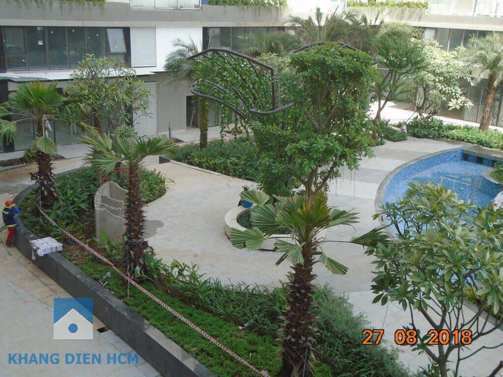 Khu ghế ngồi thư giản có che dù đã hoàn thành và cây xanh sẽ phủ bóng khi cư dân đi vào sử dụng - Khang Điền HCM