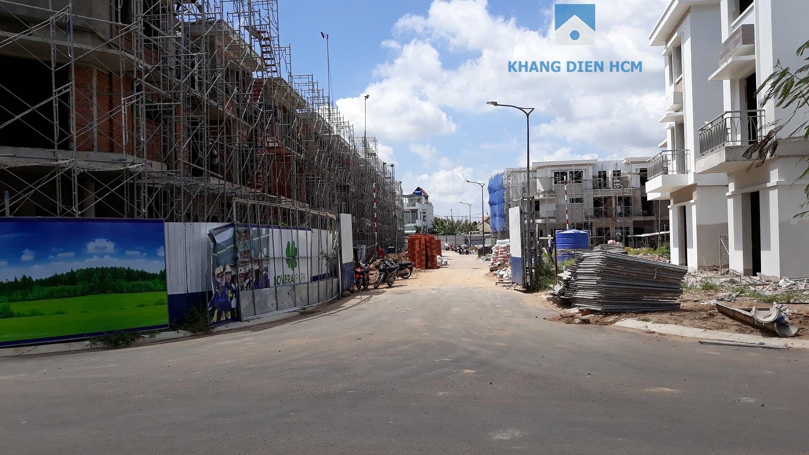 Block C hướng nhìn vào công viên nhỏ đang tiến hành xây tường bao - Khang Điền HCM