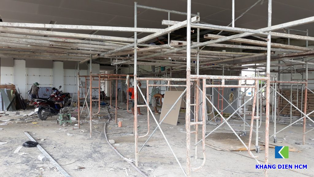Đơn vị xây dựng đang thi công trần thạch cao tại nhà mẫu căn hộ Lovera Vista Bình Chánh. Ảnh Khang Điền HCM