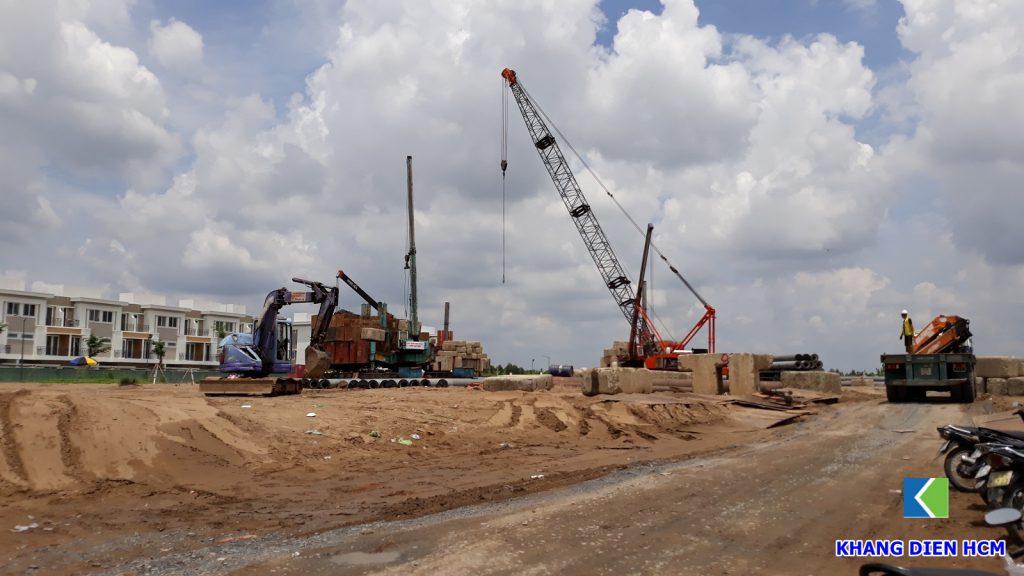 Đơn vị xây dựng đang tiến hành thi công ép cọc tại công trường dự án Lovera Vista Bình Chánh. Ảnh Khang Điền HCM.