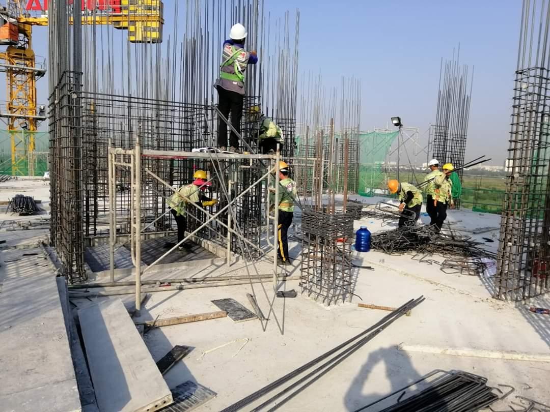 Block E đang tiến hành thi công lắp đặt cốt thép cột vách tầng 9-10 - Khang Điền HCM