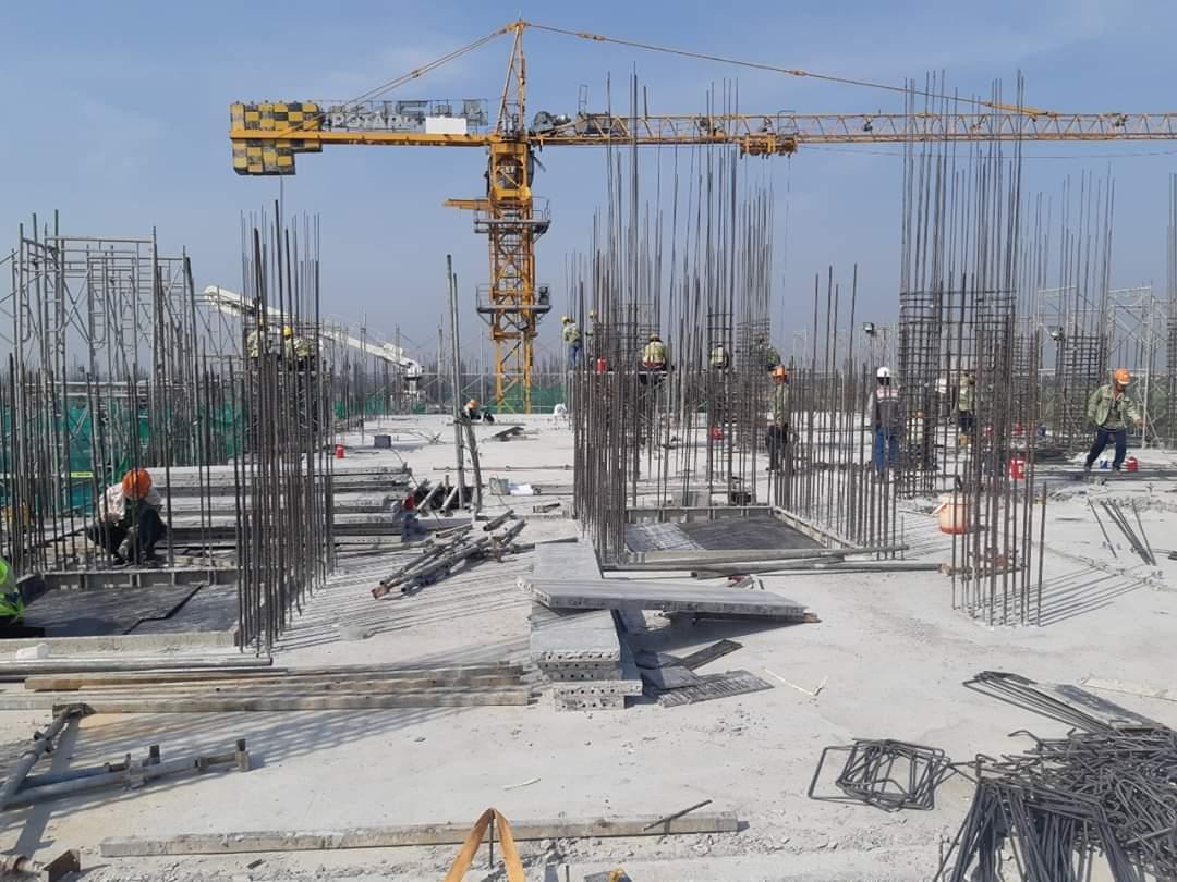 Công nhân đang tiến hành lắp dựng cốt thép cột vách để đổ những tầng tiếp theo - Khang Điền HCM