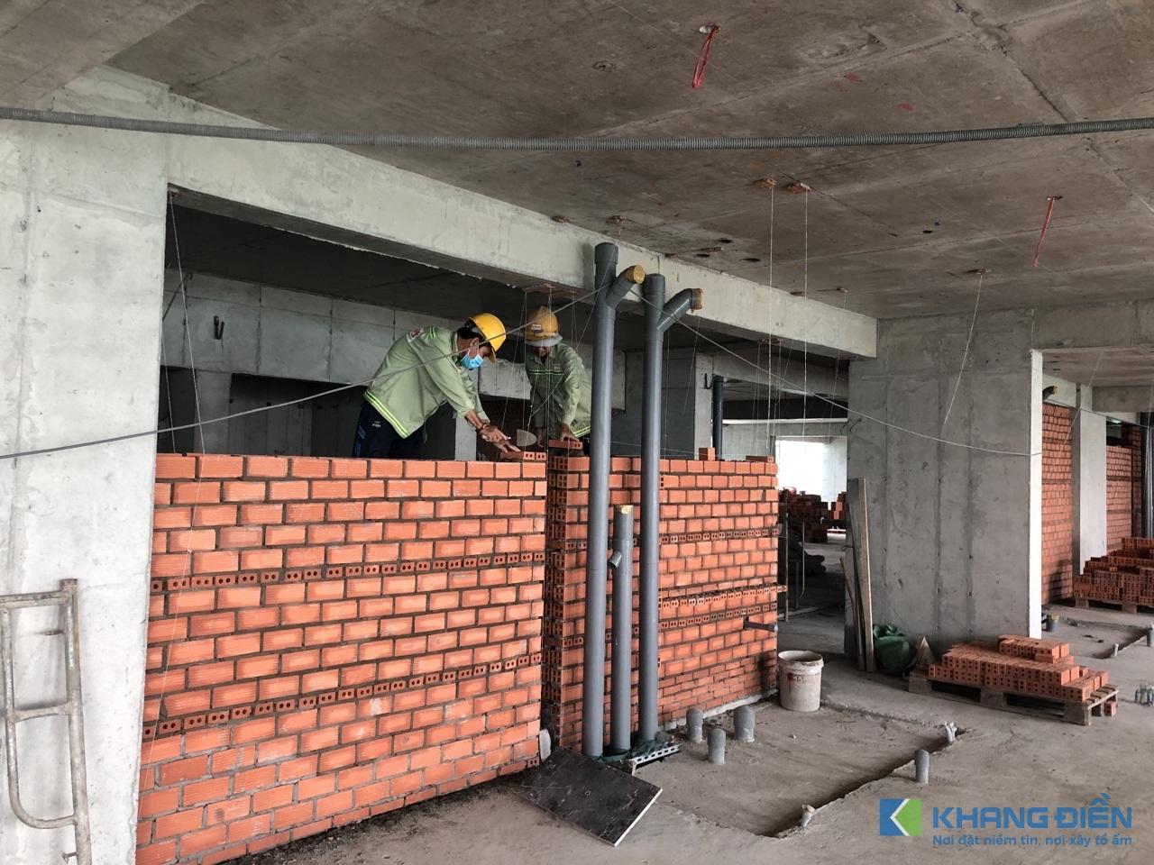 Công nhân đang tiến hành xây tường ngăn bên trong căn hộ - Khang Điền HCM