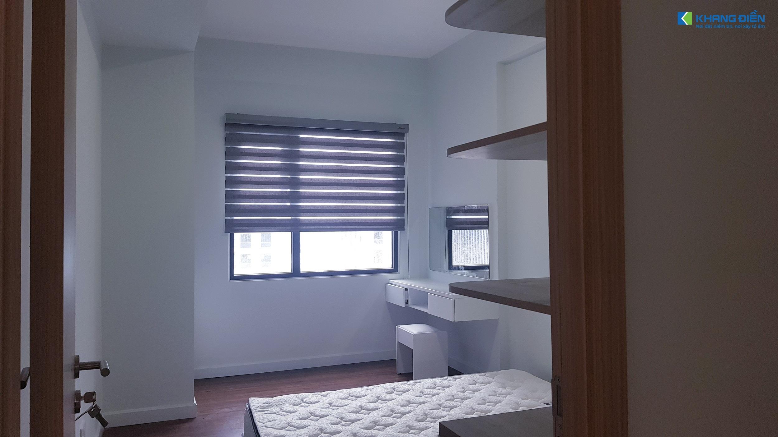 Phòng ngủ cũng được bố trí hết sức đơn giản với tủ quần áo, giường và bàn trang điểm - Khang Điền HCM