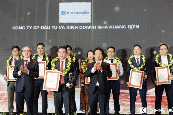 Đại diện Công ty cổ phần đầu tư và kinh doanh nhà Khang Điền nhận giải Top 10 CĐT Bất động sản uy tín năm 2021 - Khang Điền HCM